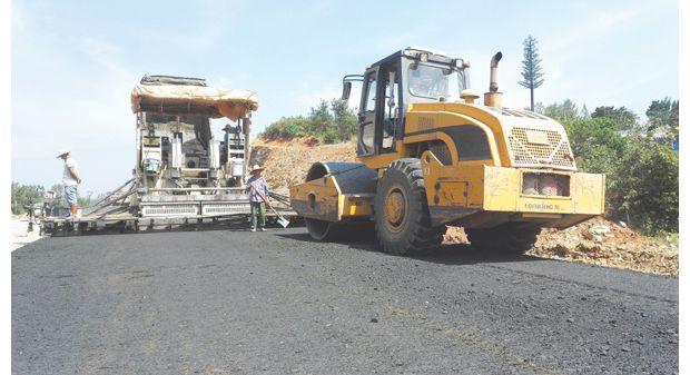 洛阳镇抢抓进度铺设东外环公路