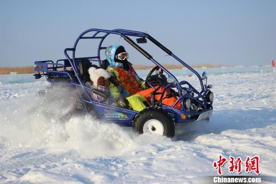 还未开幕,新疆阿勒泰地区各县市的市民已慕名到冬捕节现场,提前感受冰上游乐项目。图为游客体验雪地漂移。 刘嘉庆 摄