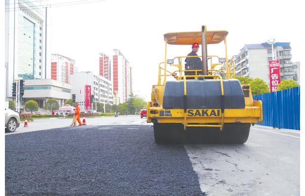 随州市政部门对城区道路褶皱地段进行修复除褶
