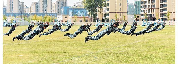 """广水市在空降兵某部举行""""国防教育军事日""""活动"""