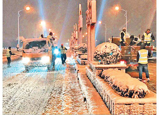 随州公路部门连夜在府河大桥融雪
