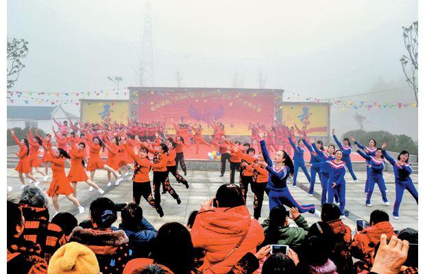 """女子广场舞蹈队庆祝""""三八妇女节"""""""