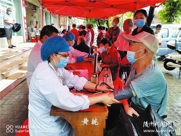 黄龙社区为社区65岁以上老人免费健康体检